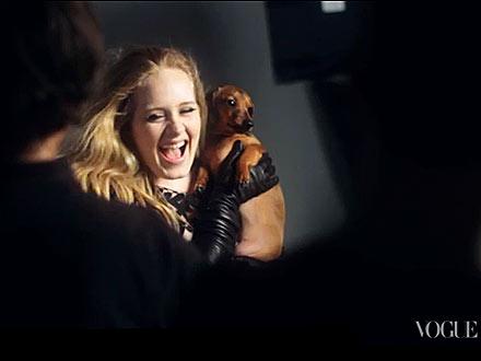 Adele và chú chó Xúc xích của cô